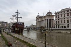 Río Vardar que pasa a través de la ciudad del centro de Skopje, el República de Macedonia Foto de archivo libre de regalías