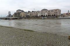 Río Vardar que pasa a través de la ciudad del centro de Skopje, el República de Macedonia Fotografía de archivo libre de regalías