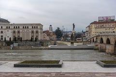 Río Vardar que pasa a través de la ciudad del centro de Skopje, el República de Macedonia Foto de archivo