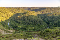 Río Veleka en la montaña Bulgaria de Strandja Fotos de archivo