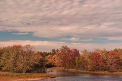 Río y árboles coloridos del otoño en la orilla EE.UU. maine Fotografía de archivo