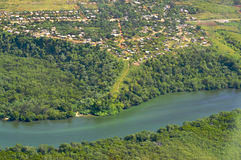 Río y árboles de la visión aérea Fotos de archivo