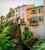 Río y árboles en Moustiers Sainte Marie fotografía de archivo