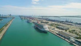 Río y abajo ciudad de Miami de los barcos de los edificios de la opinión aérea de Miami metrajes