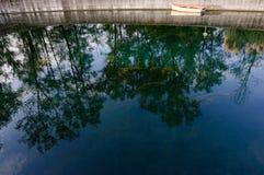 Río y barco Foto de archivo libre de regalías