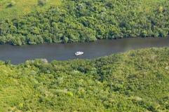 Río y barco de la visión aérea Fotos de archivo libres de regalías