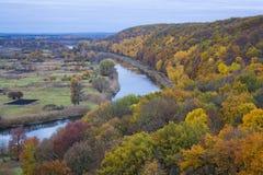 Río y bosque en la caída Fotos de archivo