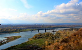 Río y bosque en otoño Foto de archivo