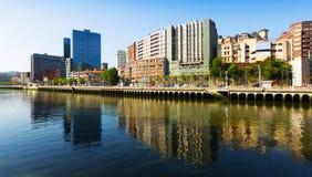 Río y casas residenciales Bilbao, España Imágenes de archivo libres de regalías
