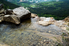 Río y cascada de la montaña Imágenes de archivo libres de regalías