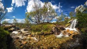 Río y cascada de la montaña Parque nacional de Femundsmarka en Norw imagenes de archivo
