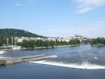 Río y castillo de Moldava de Praga en el fondo Imágenes de archivo libres de regalías