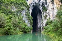 Río y caverna Foto de archivo