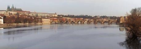 Río y Charles Bridge Imagen de archivo