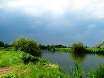 Río y cielo antes de la tormenta Fotografía de archivo libre de regalías