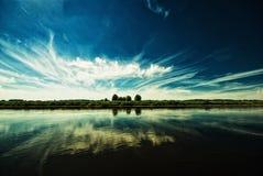Río y cielo azul Fotografía de archivo libre de regalías