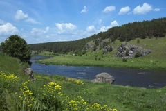 Río y cielo azul Fotos de archivo