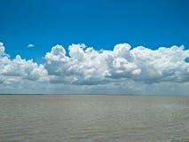 Río y cielo azul Imagenes de archivo