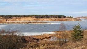 Río y cielo azules Los pescadores en el hielo Imagen de archivo