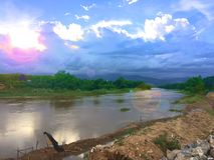 Río y cielo claro fotos de archivo libres de regalías
