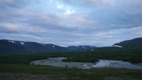 Río y cielo de las montañas de la tundra foto de archivo
