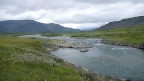 Río y cielo de las montañas de la tundra Imagen de archivo
