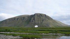 Río y cielo de las montañas de la tundra en verano Fotografía de archivo libre de regalías