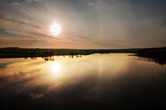 Río y cielo del paisaje del verano Fotos de archivo