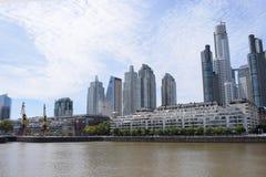 Río y ciudad anchos por la tarde Fotos de archivo libres de regalías