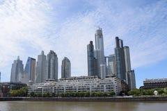 Río y ciudad anchos por la tarde Fotografía de archivo