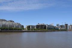 Río y ciudad anchos por la tarde Imagen de archivo