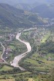 Río y ciudad en el paisaje de la montaña Foto de archivo libre de regalías