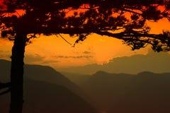 Río y colinas desde arriba de la montaña en verano Foto de archivo libre de regalías