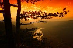 Río y colinas desde arriba de la montaña en verano Fotos de archivo