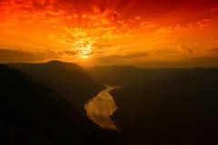 Río y colinas desde arriba de la montaña en verano Imagen de archivo libre de regalías