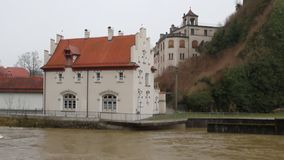 Río y construcción en tierra Sigmaringen, Baden-Wurttemberg, Alemania almacen de video