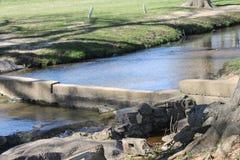 Río y día soleado en el parque Fotografía de archivo