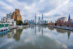 Río y edificios modernos contra el cielo en Shangai Foto de archivo libre de regalías