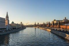 Río y el Kremlin de Moscú en la puesta del sol Fotografía de archivo libre de regalías