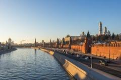 Río y el Kremlin de Moscú en la puesta del sol Imagen de archivo libre de regalías