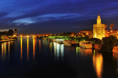 Río y el Torre del Oro de Guadalquivir en Sevile Imágenes de archivo libres de regalías
