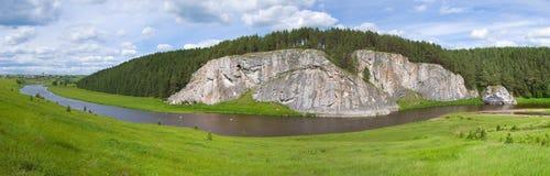 Río y la roca | Panorama Fotos de archivo libres de regalías