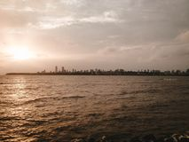 Río y Manhattan hermosos en el horizonte imagenes de archivo