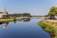 Río y molino de viento de Vecht en Ommen imágenes de archivo libres de regalías