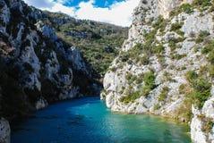 Río y montañas azules agradables Fotografía de archivo
