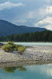 Río y montañas de la turquesa Fotografía de archivo libre de regalías