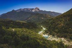 Río y Moro Rock medios de Kaweah de la bifurcación foto de archivo libre de regalías