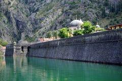 Río y pared Imagen de archivo libre de regalías