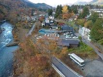Río y pequeña ciudad de Kinugawa en la prefectura de Nikko imagen de archivo libre de regalías