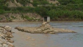 Río y pequeña isla de la roca almacen de metraje de vídeo